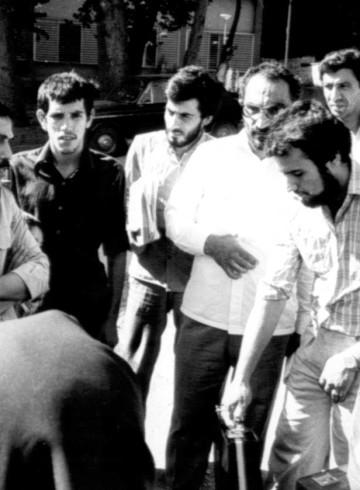 محمد رضا سعادتی در محوطه زندان اوین در کنار شهید لاجوردی